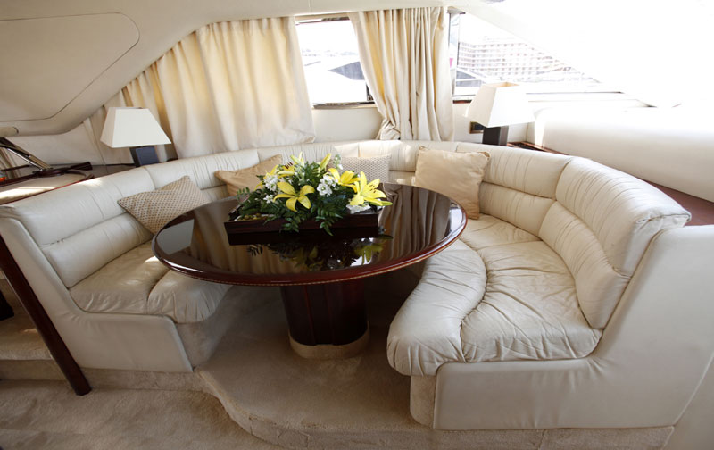Princess 60 - Flybrige Yacht Charters Mallorca. Yacht Interior. Cabins: